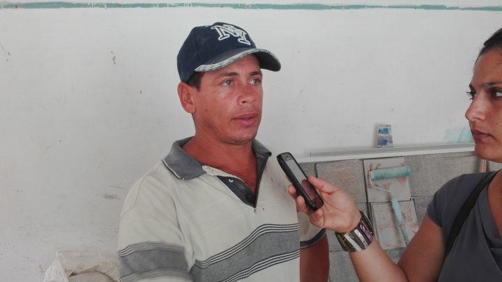 Yunior López Figueredo, constructor jefe de la brigada // Foto Marlene Herrera