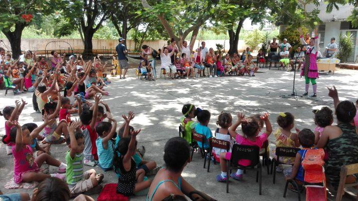 Chupetina fue la primera en presentarse ante los pequeños del círculo infantil del Reparto Taíno // Foto Marlene Herrera
