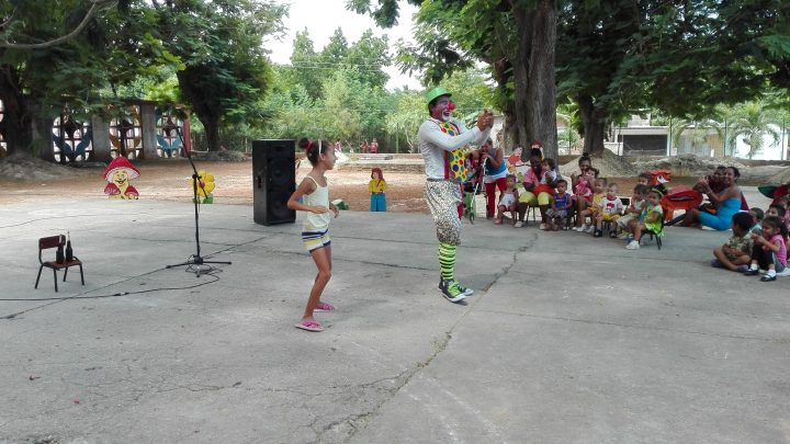 Los niños participaron en la presentación de los payasos // Foto Marlene Herrera