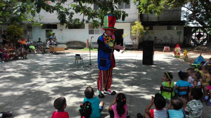 El payaso Pon, actuando para los niños de la comunidad El Taíno // Foto Marlene Herrera