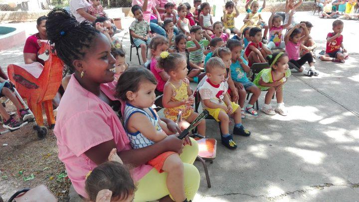 """Felices niños y """"seños"""" con la actuación de algunos de los payasos presentes en el Payasigolfeando 2018 // Foto Marlene Herrera"""