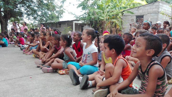 Se divierten los niños con los payasos del Payasigolfeando // Foto Marlene Herrera
