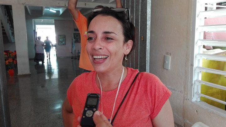 """""""Una tonga de amor, alegría, besos, cariño, cosquillas, saltos, brincos, y... ay, con la lengüita afuera, eso es Tonguita"""" describe Yaima Guerrero a su personaje // Foto Marlene Herrera"""