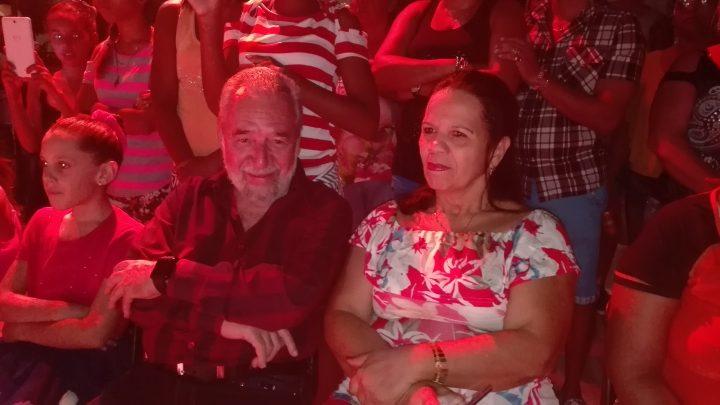 Wilfredo Naranjo Verdecia, Pachi, director musical y fundador de la Original de Manzanillo, acompañado por su familia // Foto Marlene Herrera