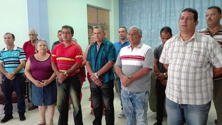 Miembros del comité municipal del Partido y el Gobierno, junto a trabajadores de la radio manzanillera homenajearon a Ernesto Martínez // Foto Marlene Herrera