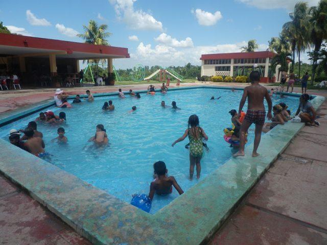 Crecen un 44 por ciento los cubanos que pagan directo los servicios en la carpeta // Foto Lilian Salvat