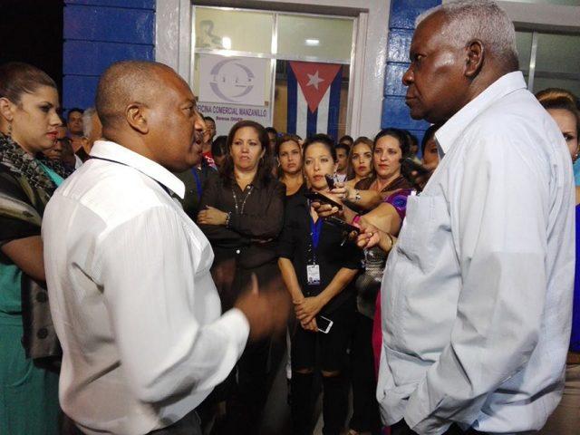 Esteban Lazo presidente de la Asamblea Nacional del Poder Popular conversa con Geraldo Romero Díaz, director del telecentro // Foto tomada de Facebook