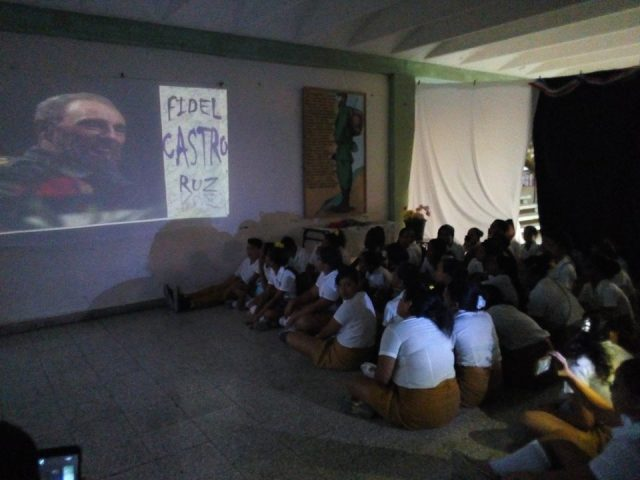 Rinden homenaje a Fidel las nuevas generaciones de manzanilleros // Foto Eliexer Peláez