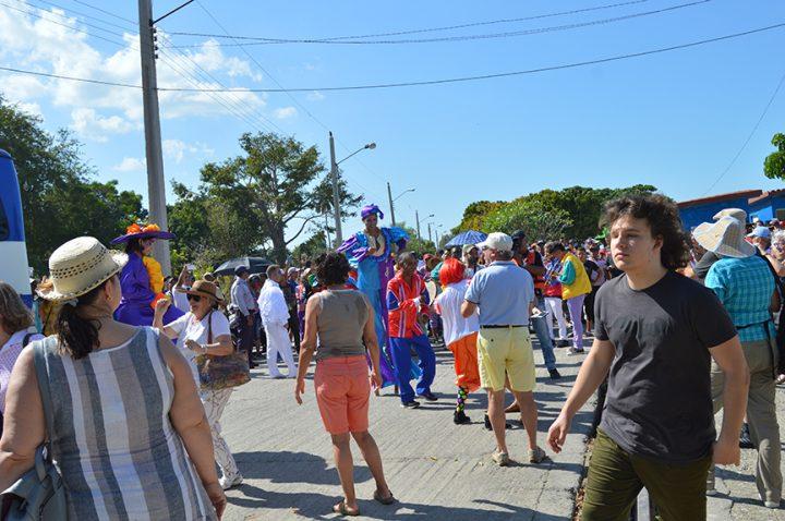Los turistas son recibidos  al compás del órgano Flor de Amor, la conga manzanillera y el pasacalles Mundo de colores // Foto Lilian Salvat