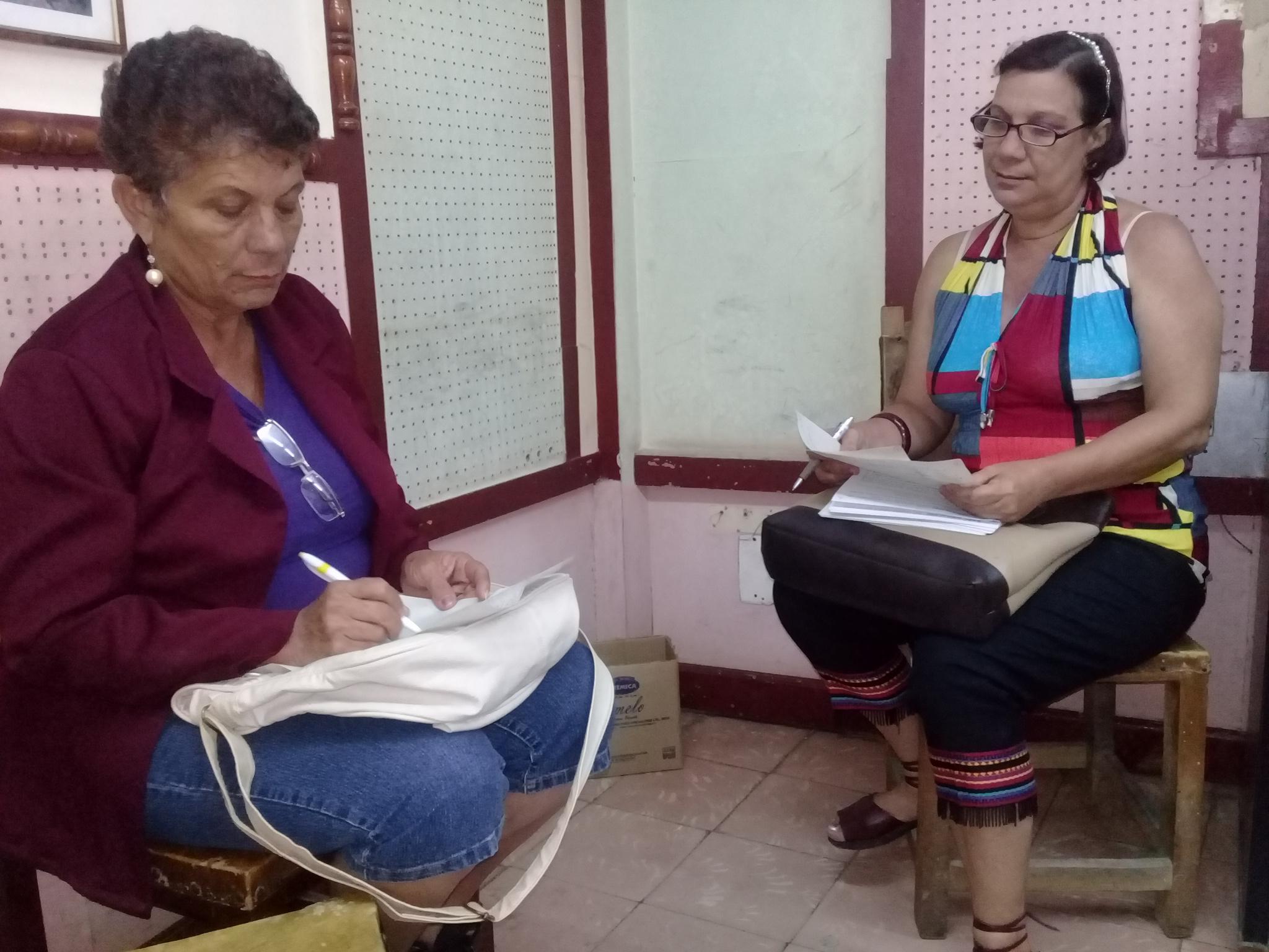 La locutora Argelia Verdecia y la asesora Clara Fuerte, integrantes del jurado // Foto Denia Fleitas