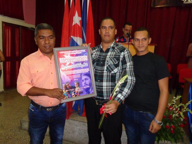 Raciel Peláez Aristi recibe reconocimiento // Foto Eliexer Pelaez Pacheco