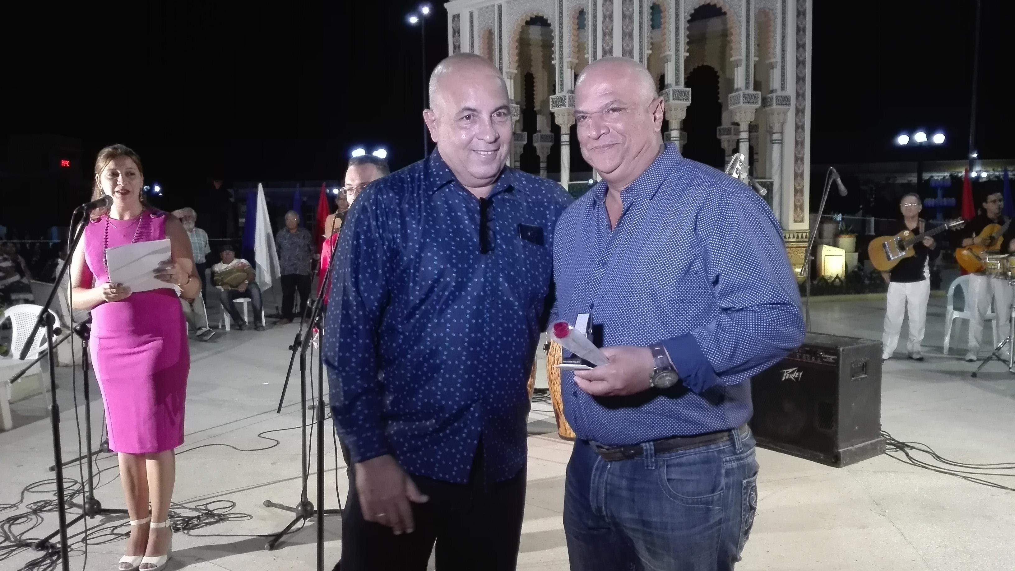 Héctor Reyna Matos recibe el Micrófono de la radio // Foto Marlene Herrera