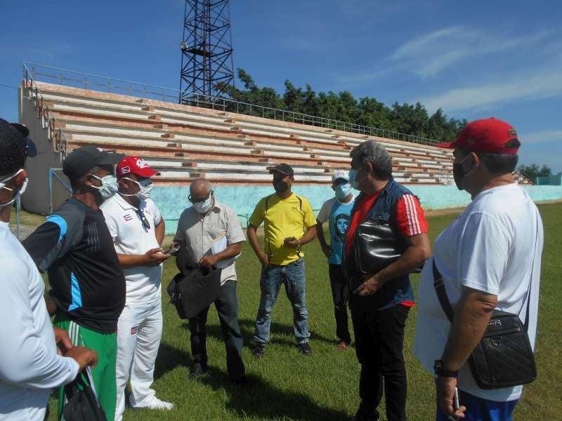 Visita el estadio de Manzanillo director nacional de béisbol // Foto Alexis Sánchez Jerez.