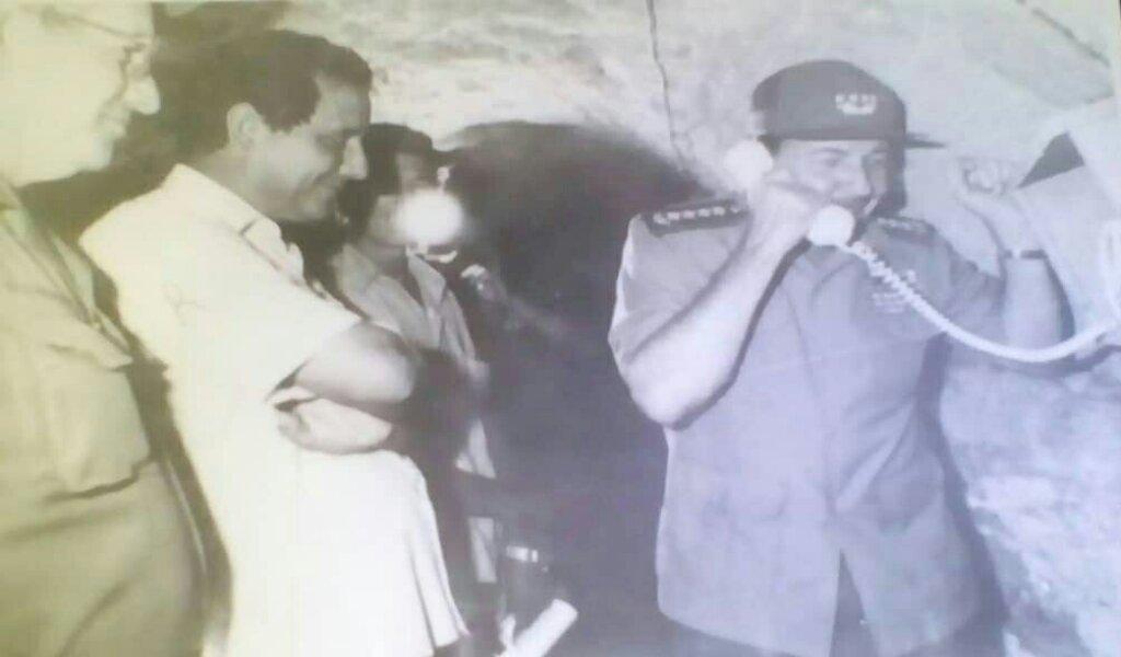 Rafael Domínguez acompaña a Raúl en una de sus visitas a Manzanillo. La foto refleja su estancia en el túnel de La Demajagua //Foto cortesía del entrevistado