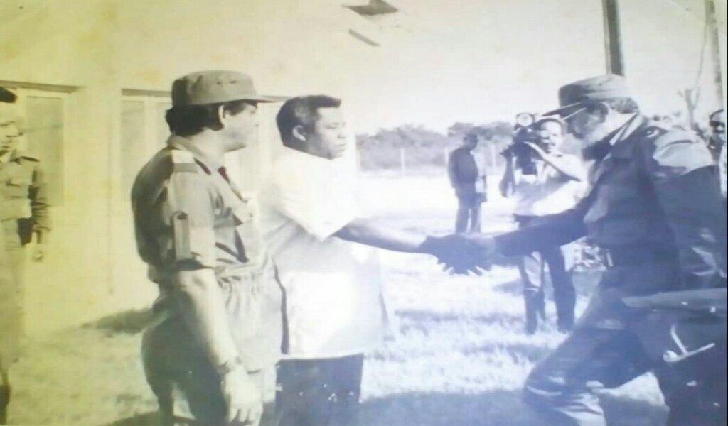 Rafael Domínguez acompaña a Fidel en la inauguración del Centro del Desove del Camarón de Manzanillo //Foto cortesía del entrevistado