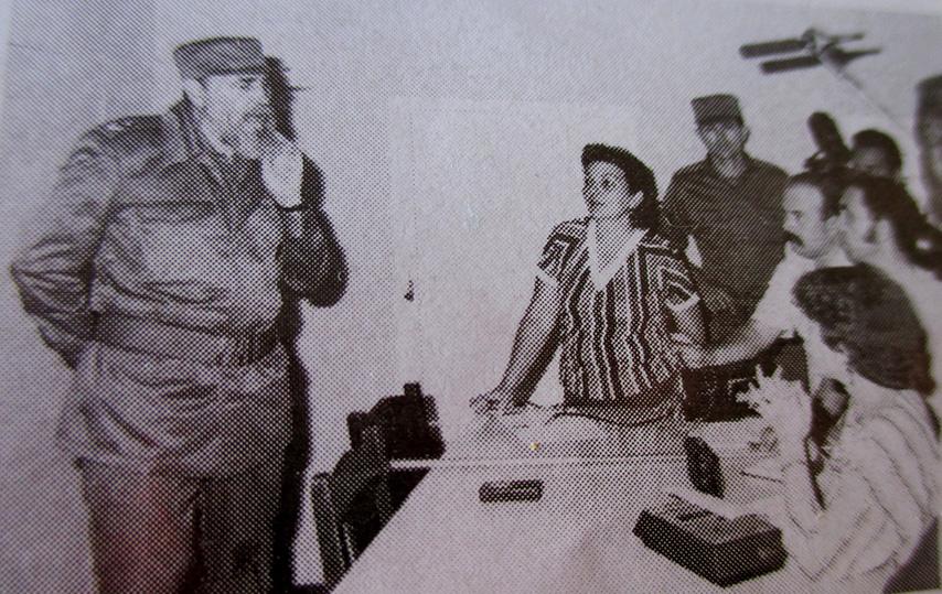 Fidel dialoga con la prensa granmense en Manzanillo tras el sismo //Foto de archivo
