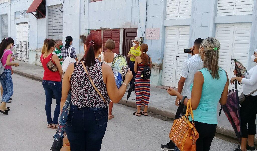 Intelectuales y artistas locales se dieron cita ante la otrora imprenta El Arte para iniciar las actividades de este domingo de la jornada literaria Nacional //Foto Eliexer Pelaez Pacheco