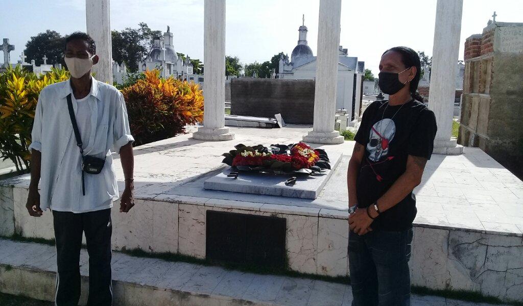 Los poetas Juan Manuel Alsina y Julio Montero Pacheco ofrecieron una ofrenda floral ante la tumba de Manuel Navarro Luna en el cementerio local //Foto Eliexer Pelaez Pacheco