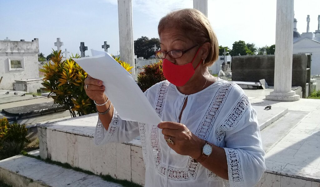 Ante la tumba del poeta vanguardista la poetisa Zoila Sánchez Núñez pronunció las palabras de homenaje a Navarro Luna //Foto Eliexer Pelaez Pacheco