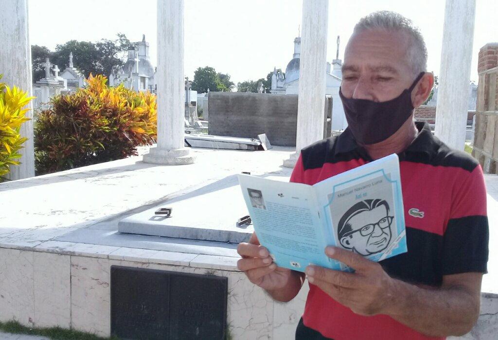 Ángel Larramendi Mesías leyó ante la tumba de Manuel Navarro Luna uno de sus textos //Foto Eliexer Pelaez Pacheco