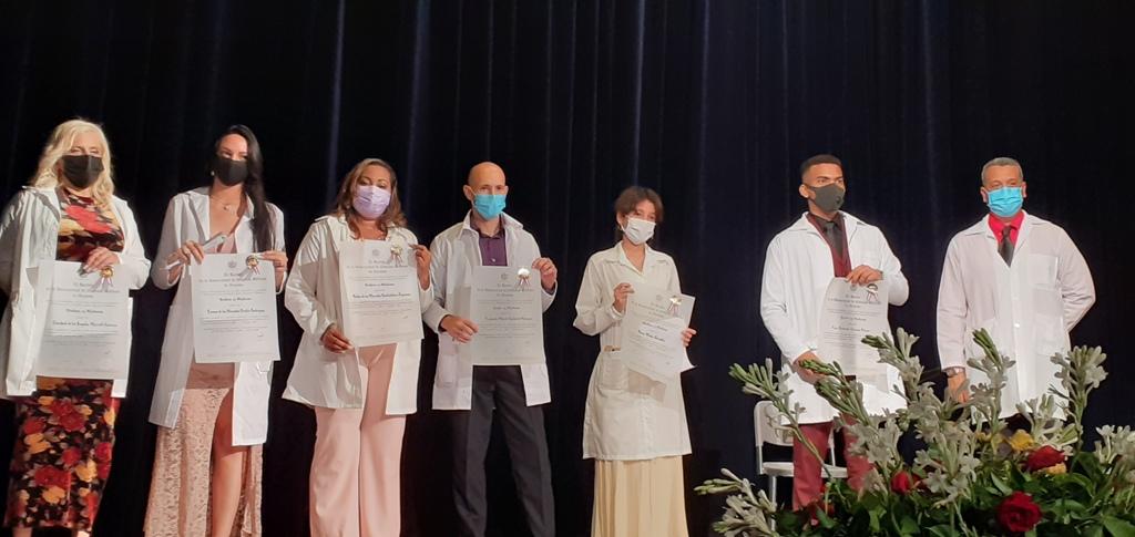 En la graduación se entregaron los Títulos de Oro a los más destacados de esta promoción // Foto Eliexer Pelaez Pacheco