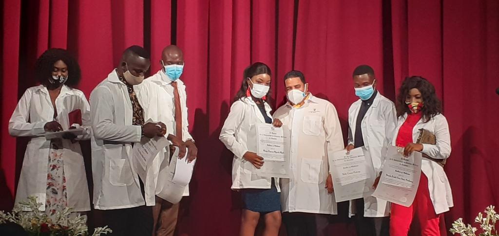 En la ceremonia se le entregó el título de graduados a ocho jóvenes extranjeros // Foto Eliexer Pelaez Pacheco